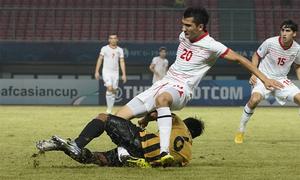 Cầu thủ U19 Malaysia khiến đối phương gãy gập chân
