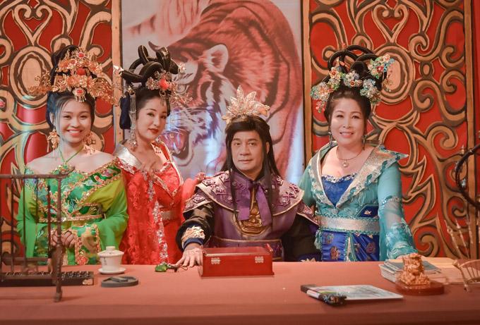 Trong 3D Cung tâm kế, Thúy Nga vào vai vợ thứ hai của Bảo Quan (nghệ sĩ Minh Nhí đóng). NSND Hồng Vân đóng vai vợ cả, còn diễn viên trẻ Lê Lộc (ngoài cùng bên trái) là vợ ba.