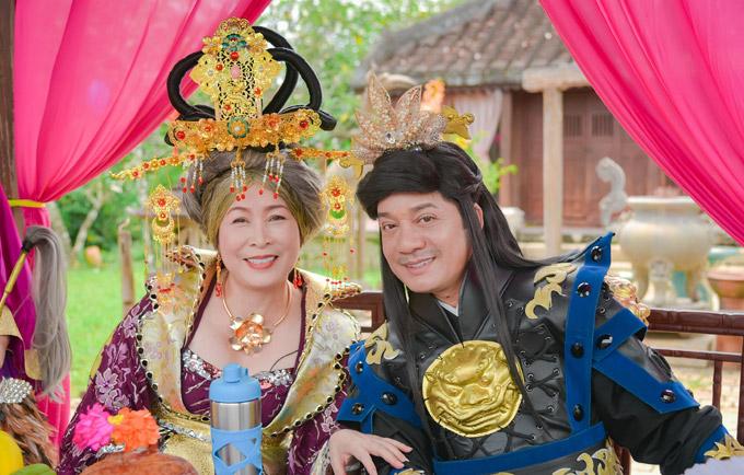NSND Hồng Vân và Minh Nhí vốn rất thân thiết ở ngoài đời nên cũng không gặp nhiều khó khăn khi làm việc chung.