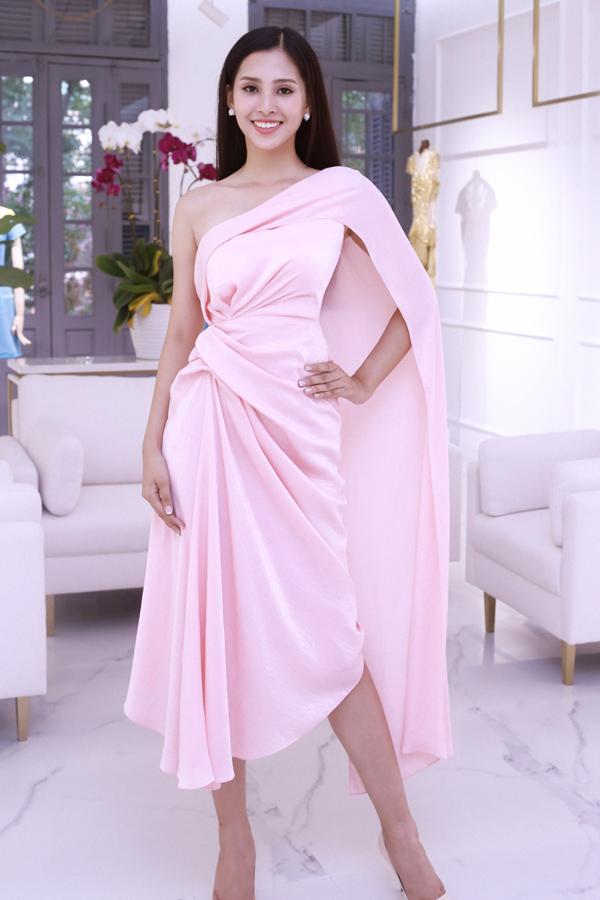 Mỹ nhân sinh năm 2000 ướm thử bộ đầm hồng xếp nếp nữ tính, tôn lên bờ vai cùng vòng eo thon gọn.