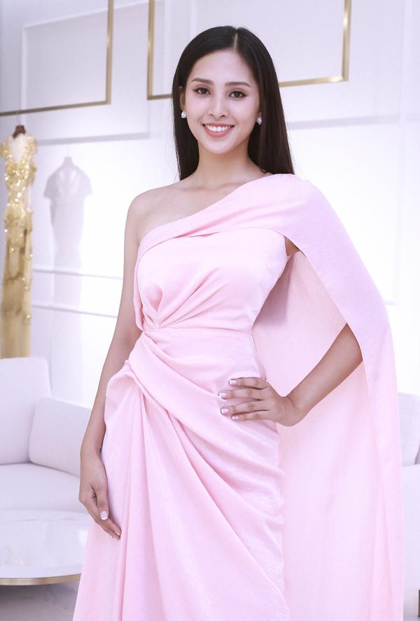 Ở thời điểm đăng quang, thời trang của Tiểu Vy chưa thực sự ấn tượng bởi cô chưa biết định hình phong cách cho mình. Tuy nhiên, người đẹp gốc Quảng Nam đang từng bước thay đổi, Hòan thiện hơn trong mắt công chúng. Cô cũng có thêm sự tự tin trong quá trình chuẩn bị chinh chiến tại đấu trường nhan sắc Hoa hậu Thế giới.