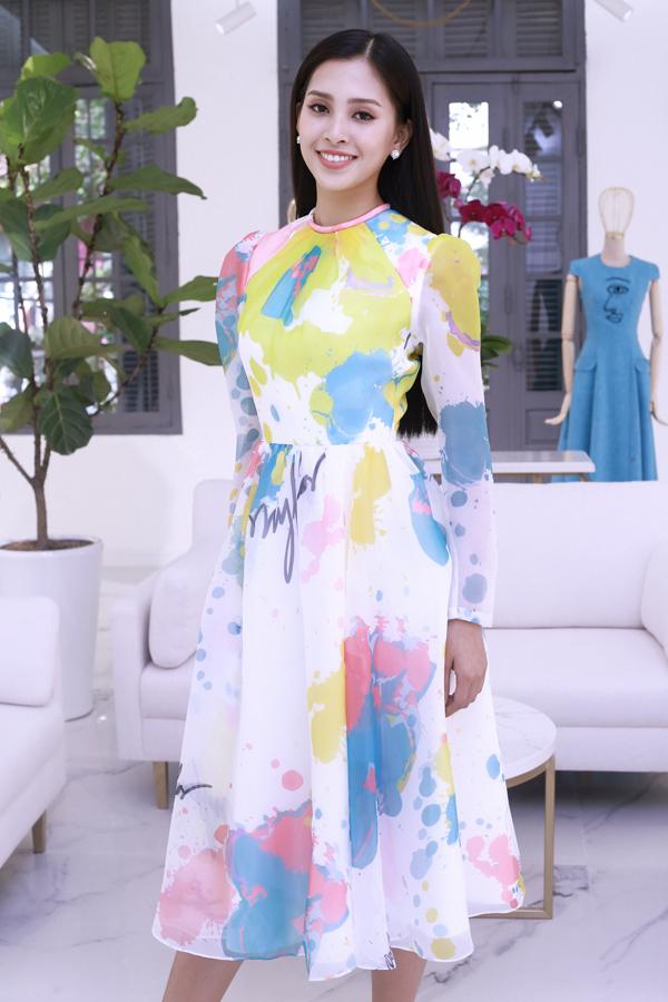 Từng làm việc với Tiểu Vy khi cô tham gia Hoa hậu Việt Nam 2018, đặc biệt là thời điểm sau đăng quang, nhà thiết kế Lê Thanh Hòa nhanh chóng nắm bắt điểm mạnh của mỹ nhân 18 tuổi để khai thác triệt để. Anh ưu tiên chọn những trang phục đơn giản nhằm tôn lên vẻ thanh lịch của cô.