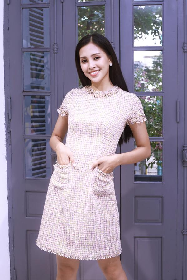 Tiểu Vy không khỏi háo hức vì bên cạnh việc được lắng nghe những chia sẻ  hữu ích từ đàn anh trong nghề, cô còn được Lê Thanh Hòa tự tay lựa chọn  những trang phục phù hợp với mình.