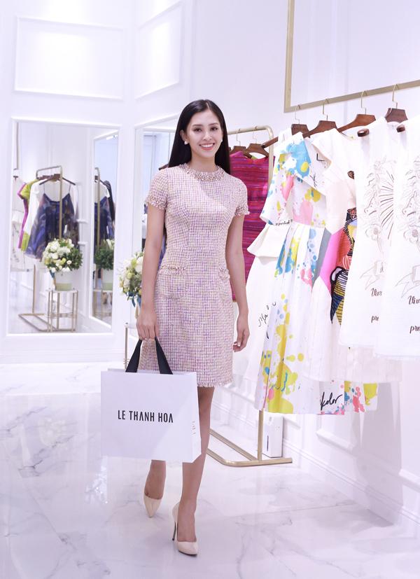 Lê Thanh Hòa là nhà thiết kế có nhiều cơ hội làm việc cùng Tiểu Vy. Trong lần cô sang Pháp tham gia sự kiện có David Beckham, anh đã thực hiện riêng cho nàng hậu những bộ cánh nổi bật, thanh lịch, phù hợp tính chất chương trình, giúp cô tỏa sáng trong lần đầu xuất ngoại.