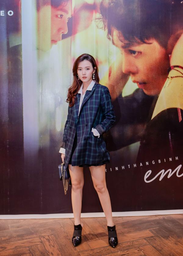 Diễn viên Midu gây chú ý khi mặc váy ngắn kết hợp áo kiểu vest đi sự kiện.