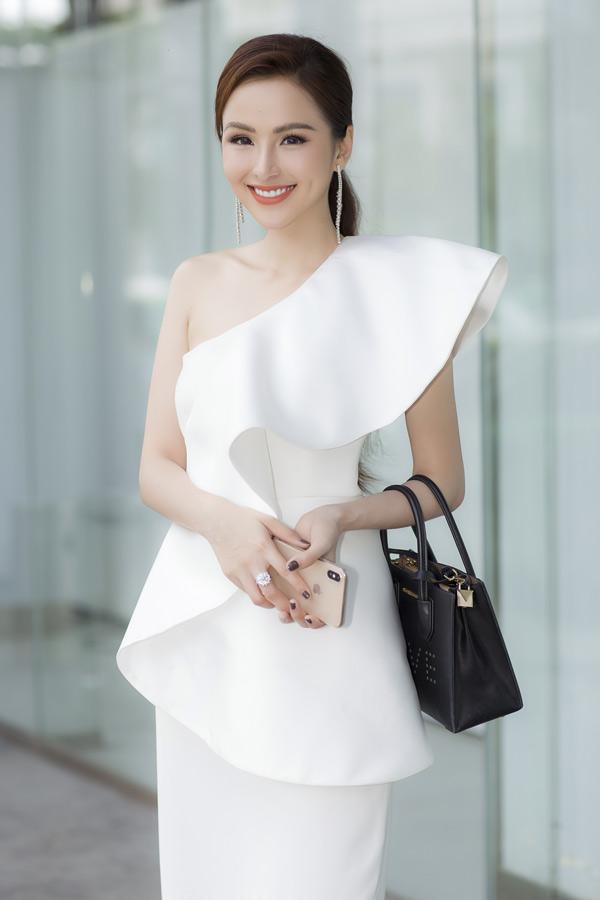 Hoa hậu tự tin với vóc dáng mảnh mai sau khi giảm 20 kg.So với thời điểm đăng quang Hoa hậu Thế giới người Việt 2010, nhan sắc của Diễm Hương đã thay đổi nhiều. Người đẹp bị nghi mới phẫu thuật thẩm mỹ, chỉnh sửa gương mặt nhưng cô im lặng, không bình luận gì về thông tin này.