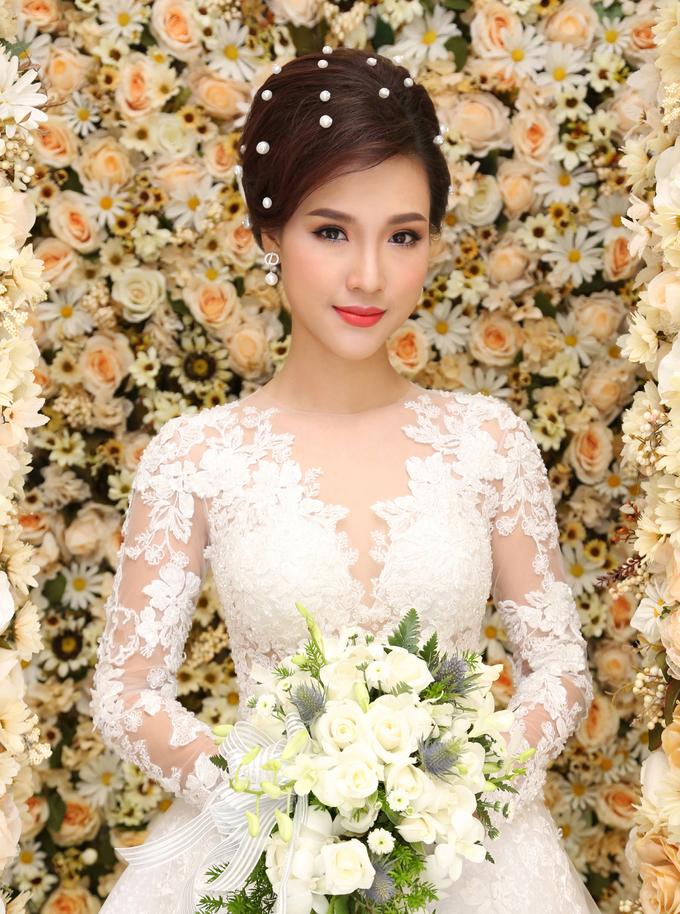 Hoàng Oanh hóa cô dâu mùa thu với makeup tông cam sáng