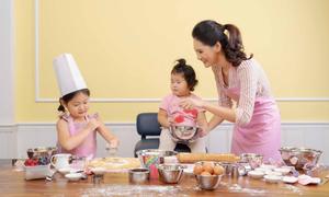 Hoa hậu Hương Giang cùng hai con gái làm bánh tặng ông xã