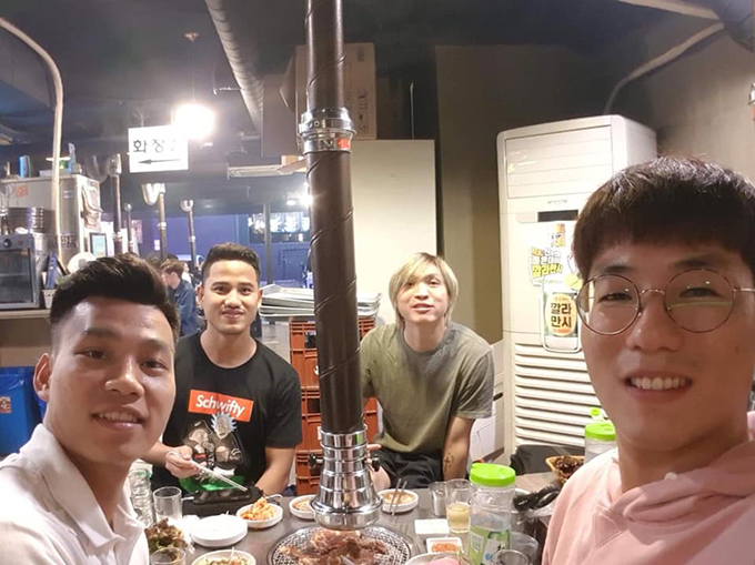 Văn Thanh, Đức Lương, Tuấn Anh và trợ lý của HAGL đi ăn tại Hàn Quốc. Ảnh: FB.