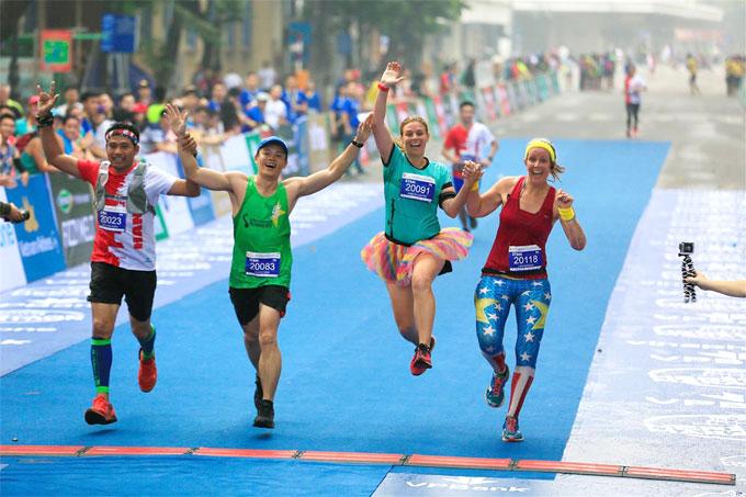 Rất nhiều VĐV nước ngoài tham gia Hanoi International Heritage Marathon 2018.