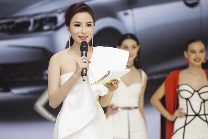 Nhờ chuẩn bị kỹ lưỡng, Diễm Hương hoàn thành nhiệm vụ một cách trọn vẹn. Cô được nhiều người khen dẫn chương trình duyên dáng.