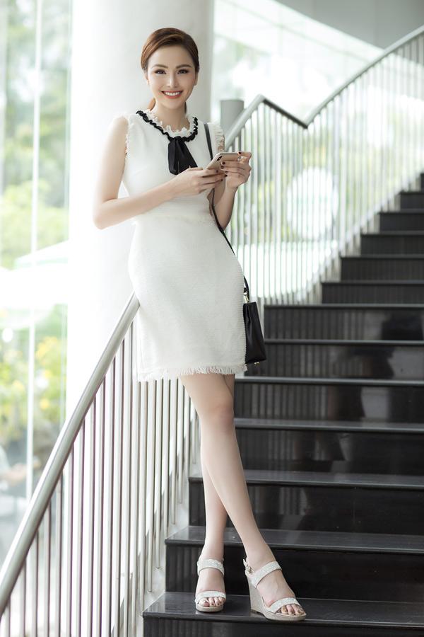 Gái một con đặc biệt chuộng mặc váy áo gam trắng.