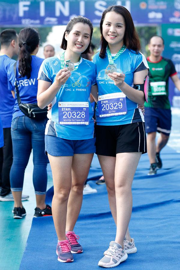 Các VĐV nữ xinh đẹp khoe chiến tích sau khi hoàn thành cuộc thi.