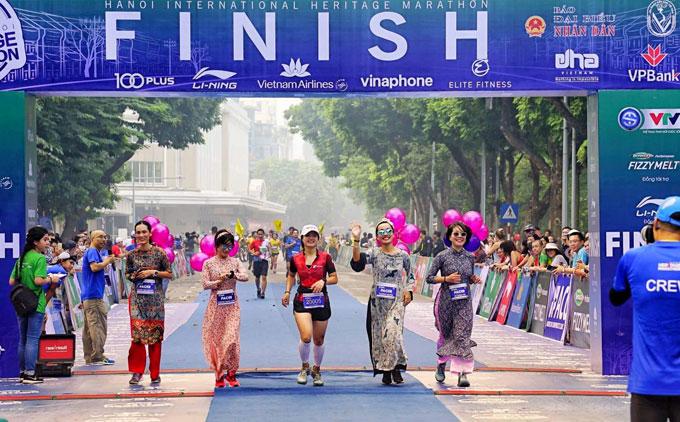 Chiếc áo dài đội nữ pacer mặc tung bay trên cung đường chạy đậm chất văn hóa của Hà Nội.