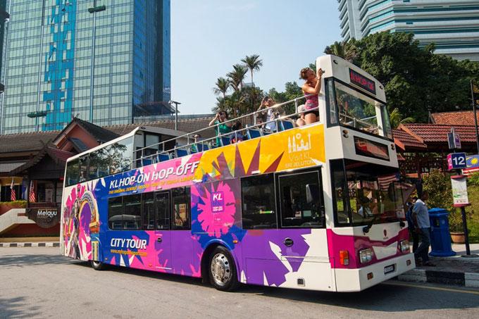 Kuala Lumpur Hop On Hop Off:  Đến thăm một thành phố mới, bạn hãy thử trải nghiệm xe buýt du lịch Hop On Hop Off (HOHO). Chuyến xe đưa du khách đến những địa điểm nổi bật nhất của thành phố. Tại mỗi trạm dừng, du khách tự do khám phá xung quanh mà không cần hối hả sợ lỡ chuyến vì cứ mỗi 20 đến 30 phút sẽ có chuyến xe khác đến trạm. KL HOHO hiện có 21 trạm dừng tại các điểm đến nổi tiếng như tháp KL, tháp đôi Petronas, thủy cung Aquaria, chợ trung tâm, vườn hồ Lake Garden, vườn chim KL Bird Park...