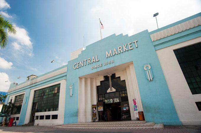 Chợ trung tâm Kuala Lumpur: hay Central Market Kuala Lumpur là một trải nghiệm thú vị khác dành cho du khách đến thăm Kuala Lumpur. Từ một khu chợ truyền thống khi bắt đầu mở cửa từ năm 1888, Central Market Kuala Lumpur trở thành công trình có giá trị lịch sử quan trọng của thành phố. Ngày nay, Central Market đóng vai trò là một trung tâm văn hóa, nghệ thuật và thủ công mỹ nghệ của Malaysia với hơn 300 cửa hàng quà tăng lưu niệm, lớp học vẽ tranh batik dành cho du khách, lớp thư pháp và cửa hàng khắc dấu kiểu truyền thống.