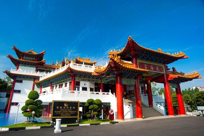 Miếu Thiên Hậu: Thean Hou Temple - Miếu Thiên Hậu tại Kuala Lumpur là một công trình tín ngưỡng với kiến trúc độc đáo mang đậm dấu ấn Trung Hoa truyền thống nằm trên ngọn đồi Robson Heights với tầm nhìn quan sát thành phố. Vào những dịp lễ lớn của Phật giáo, Miếu Thiên Hậu được trang trí lộng lẫy hơn với hàng đèn lồng đỏ rực trên sân trước chính điện.