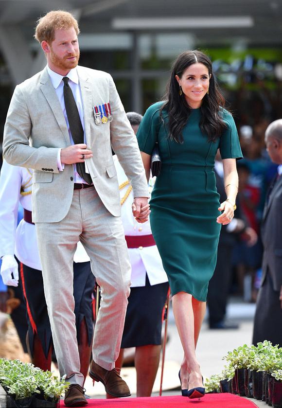 Theo The Sun, Công tước và Nữ công tước xứ Sussex sáng nay (25/10) đã có mặt tại Nadi, phía tây Fiji để tham dự lễ khai trương một tượng đài anh hùng sau khi trải qua một đêm nghỉ tại hòn đảo thiên đường Vatuvara. Vì đang mang thai những th