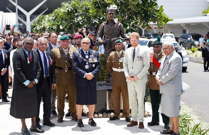 Vợ chồng Hary - Meghan sau đó được mời đi xuống để khai trương bức tượng của Trung sĩ Talaiasi Labalaba, một người lính mang hai dòng máu Anh và Fiji, đã hy sinh trong chiến trận 46 năm trước.