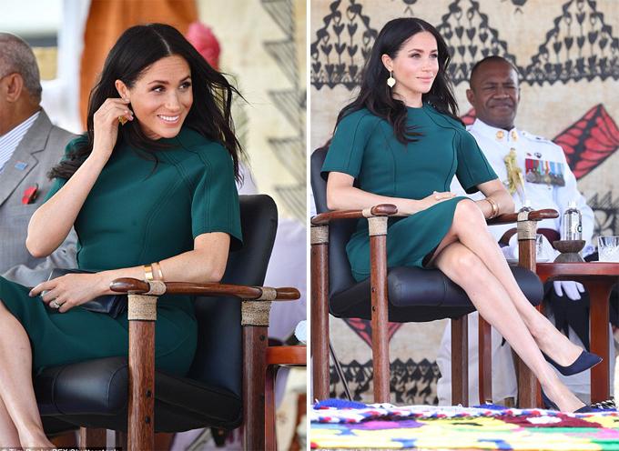 Nữ công tước xứ Sussex tự tin và tươi tắn khi ngồi giữa các quan chức cao cấp của Fiji.