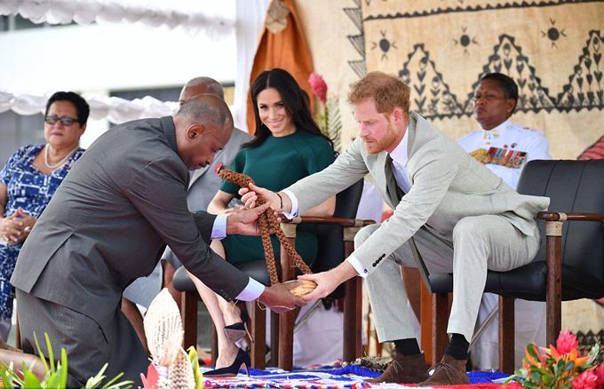 Trong lễ tiếp đón, cặp vợ chồng hoàng gia còn được nhận một cốc nước thánh Kava.