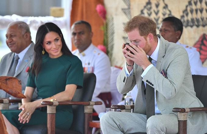 Meghan chăm chú nhìn chồng uống nước Kava trong khi cô không cần phải thực hiện nghi lễ này.