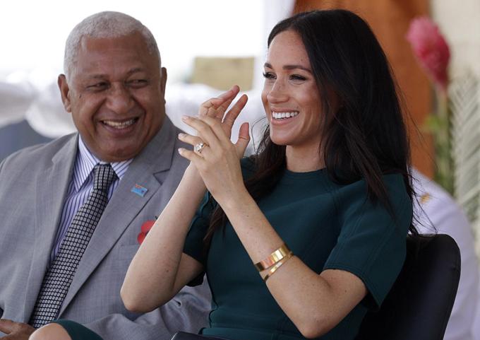 Đồng thời, Meghan cũng trò chuyện trong tâm trạng thoải mái cùng các vị quan chức của Fiji.