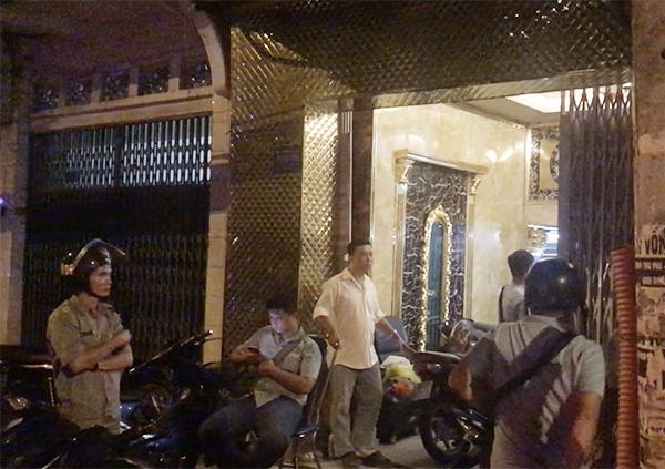 Nhiều cảnh sát bao vây nhà hàng. Ảnh: Kiến Tường.