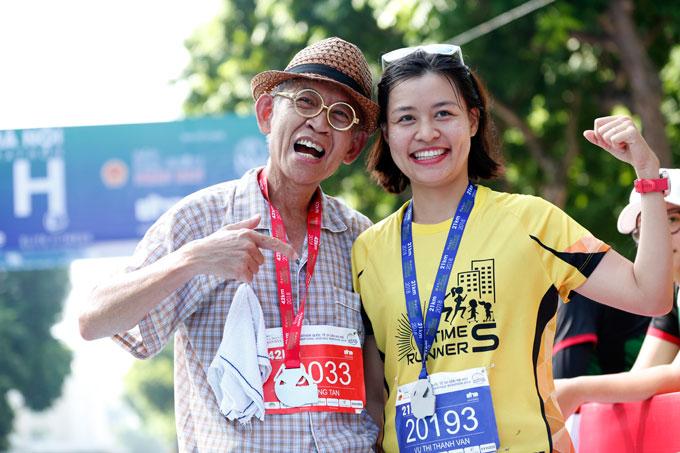 Xuất hiện trên đường chạy trong trang phục pỵjama, Wah Sing Tan -người đàn ông Malaysia  61 tuổi chia sẻ tham gia tới hơn 150 cuộc thi marathon. Ông vui vẻ chụp ảnh cùng một thí sinh sau khi kết thúc cuộc thi.