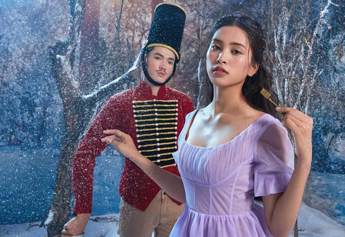 Tiểu Vy diễn cùng một nam người mẫu đóng vai chú lính chì - bạn tốt của nhân vật Clara trong phim. Hồi nhỏ tôi hay được mẹ kể truyện cổ tích về các nàng công chúa. Tôi đã luôn ước ao sẽ trở thành công chúa, Tiểu Vy nói.