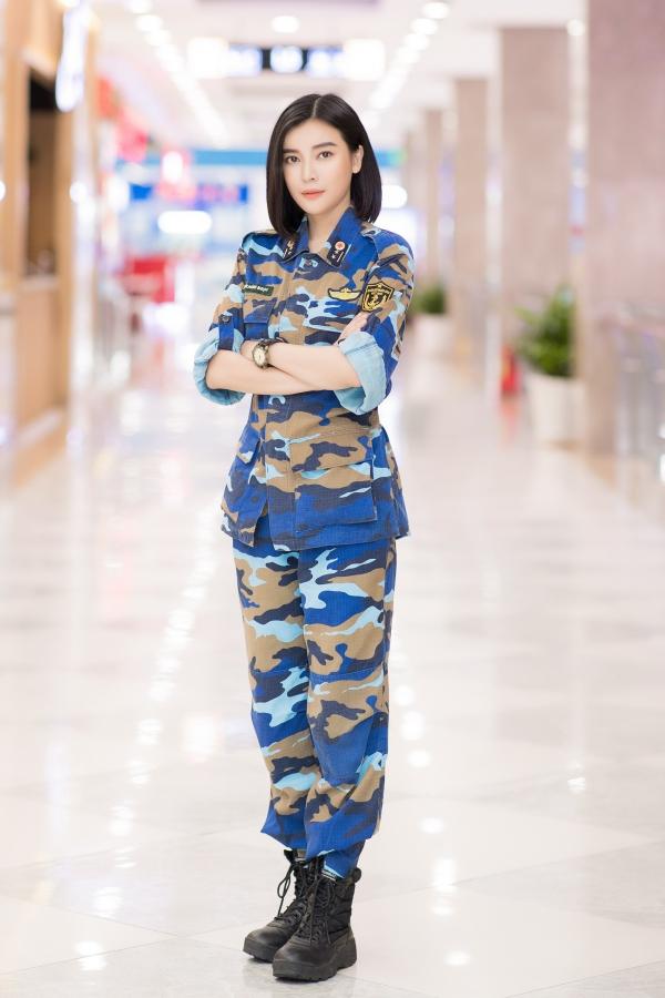 Chiều 25/10, êkíp bộ phim Hậu duệ mặt trời phiên bản Việt có cuộc gặp với báo giới. Tại sự kiện, diễn viên Cao Thái Hà - vai trung úy Minh Ngọc - diện quân phục mạnh mẽ, cá tính.