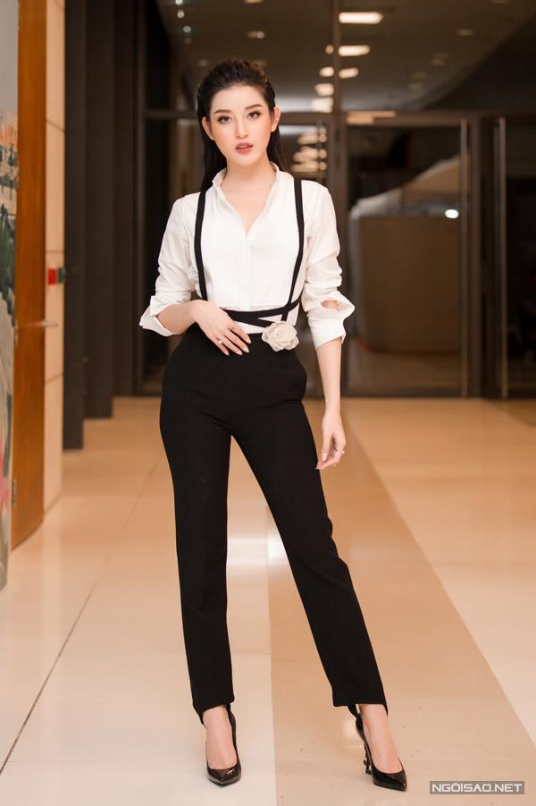 Tối 25/10, sự kiện khai mạc Vietnam International Fashion Week Thu đông 2018 diễn ra tại thủ đô Hà Nội. Góp mặt trên thảm đỏ, Huyền My gây ấn tượng bởi phong cách menswear cá tính khi diện set đồ đen trắng của Lâm Gia Khang.