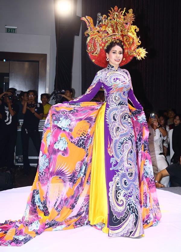 Lý Hương gây bất ngờ khi diện áo dài lộng lẫy, làm người mẫu trong đêm thời trang tổ chức tại TP HCM. Cô từng đoạt giải Người đẹp thời trang năm 1991. Em gái Lý Hùng có thời gian hoạt động trên sàn diễn Sài Gòn nhưng sau đó cô chuyển hướng sang lĩnh vực điện ảnh.