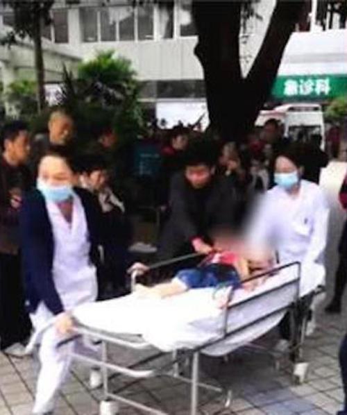 Một số em nhỏ được đặt nằm lên cáng đưa ra xe cứu thương sau vụ tấn công bằng dao tạitrường mầm non ở thành phố Trùng Khánh sáng 26/10. Ảnh: CNN.