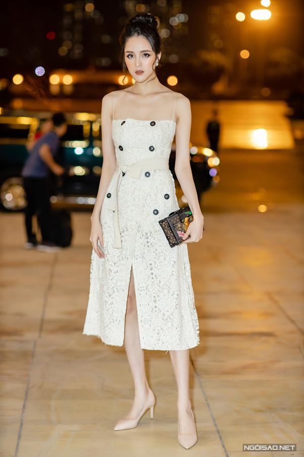 Trong khi đó, Á hậu Hoàng Anh khắc họa hình ảnh tiểu thư thanh lịch với đầm ren hai dây đắp vạt nhẹ nhàng. Cô kết hợp clutch dáng hộp sành điệu từ nhà mốt Louis Vuitton.