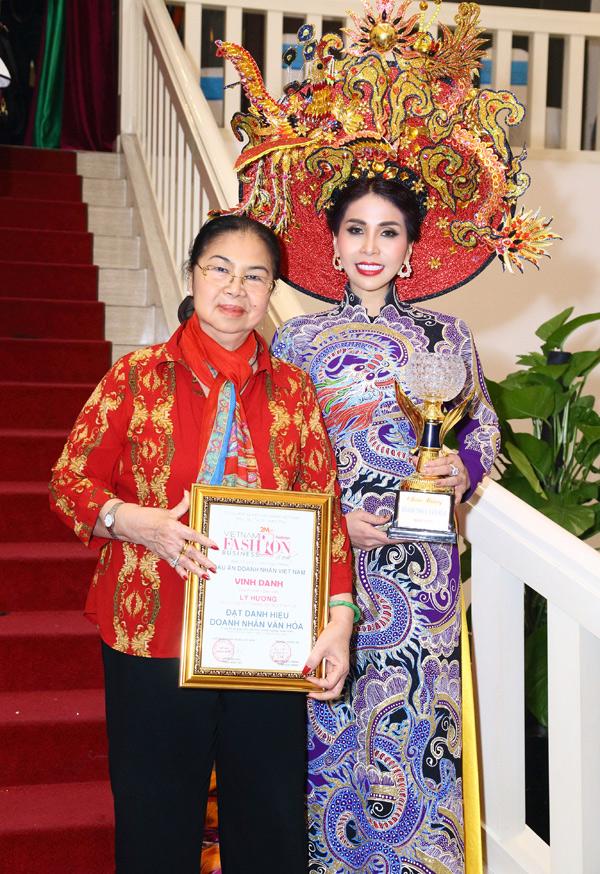 Mẹ Lý Hương đến cổ vũ con gái biểu diễn thời trang và nhận bằng khen Doanh nhân văn hóa. Sắp tới khán giả sẽ gặp lại anh em Lý Hùng - Lý Hương trong phim truyền hình Giữa hai bờ thiện ác.