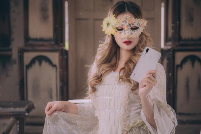 Ngược lại, Nova 3i trắng ngọc trai hoàn toàn phù hợp với các cô gái tinh tế, nhẹ nhàng. Nó trông giống như một món trang sức để các cô gái có thể tự tin diện và toả sáng trong lễ hội Halloween sắp tới đây.Dù với phiên bản trắng hay đen, Nova 3i cũng đều sở hữu thiết kế phần cứng cùng cấu hình không phải dạng vừa. Sản phẩm loại bỏ hoàn toàn vật liệu nhựa, thay vào đó là thiết kế đối xứng hai mặt kính qua khung viền kim loại đậm chất cao cấp.
