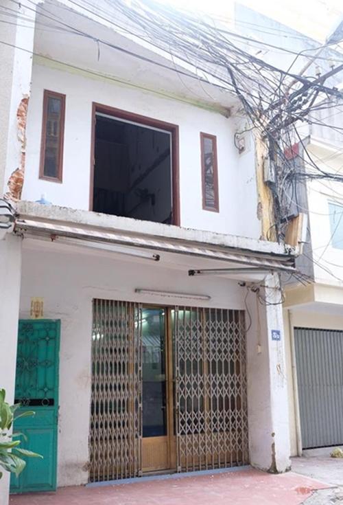 Trước cải tạo, căn nhà có nhiều hạng mục xuống cấp như tường ẩm và bong chóc; khu bếp, nhà vệ sinh chưa tiện dụng; các phòng thiếu ánh sáng...