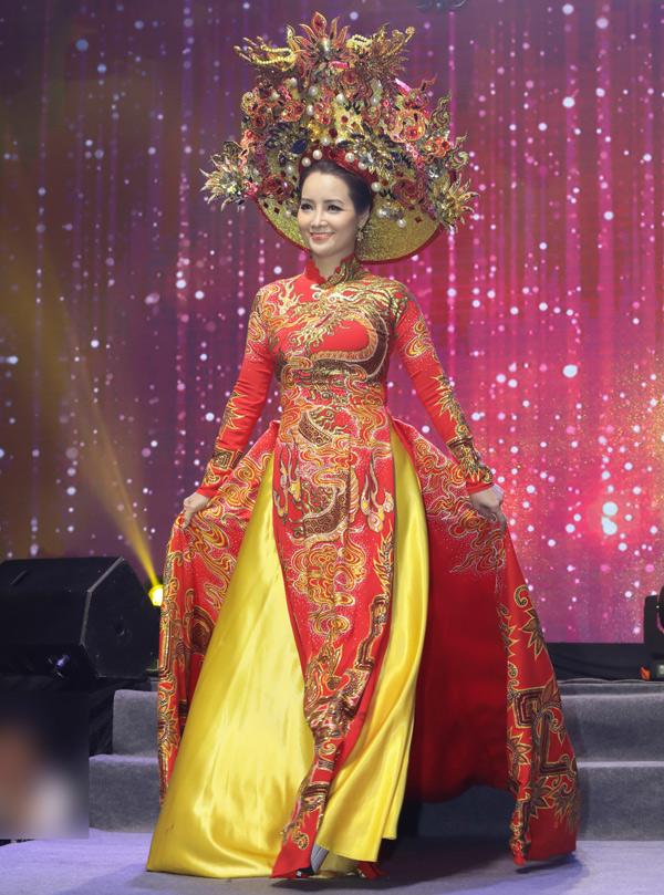 Diễn viên Mai Thu Huyền sải bước với trang phục hai màu vàng đỏ đầy quyền lực.