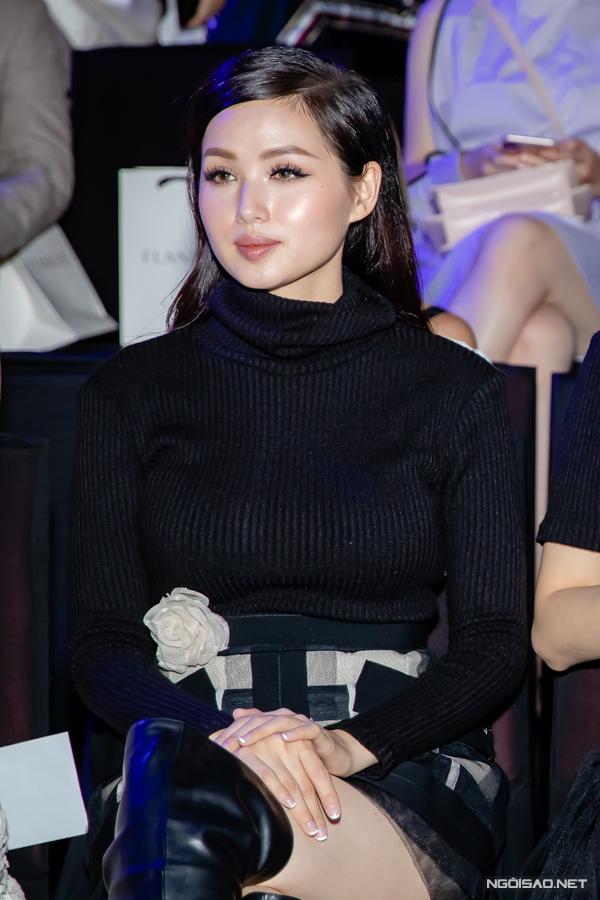 Ngồi trên hàng ghế đầu, cựu hot girl Tâm Tít trông mập hơn thường thấy.