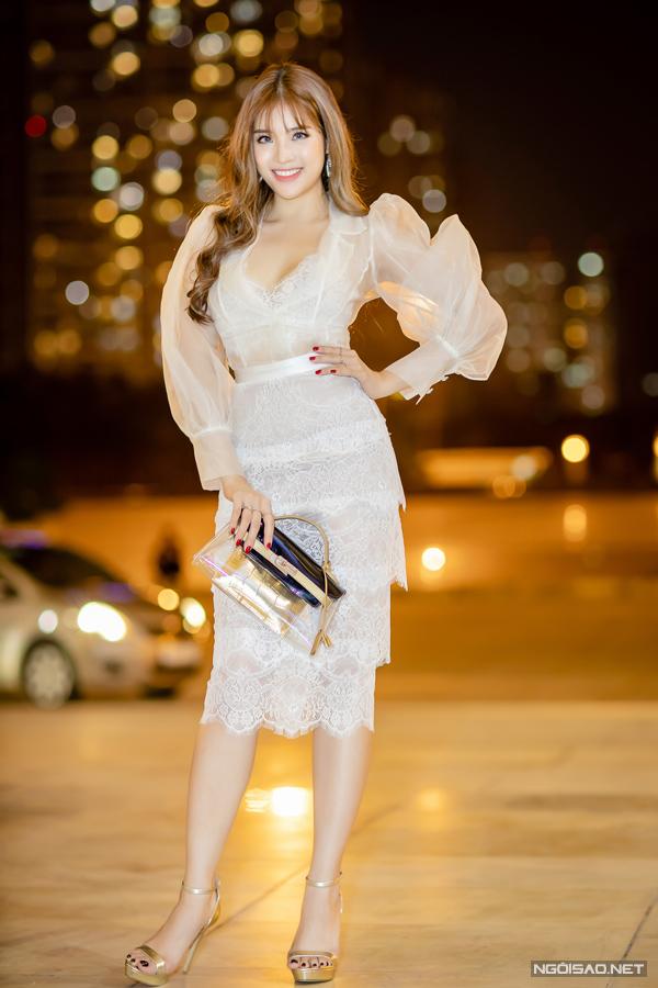 Hoa hậu Đông Nam Á 2014 Phan Hoàng Thu chọn váy tay phồng, xếp tầng điệu đà.