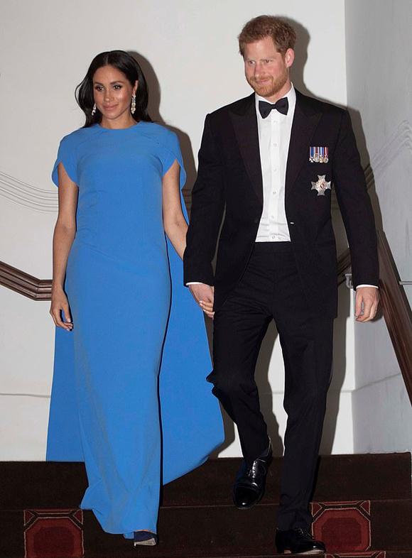 Meghan nắm tay chồng dự bữa tiệc ở khách sạn Grand Pacific Hotel, thủ đô Suva, Fiji hôm 23/10. Ảnh: Reuters.