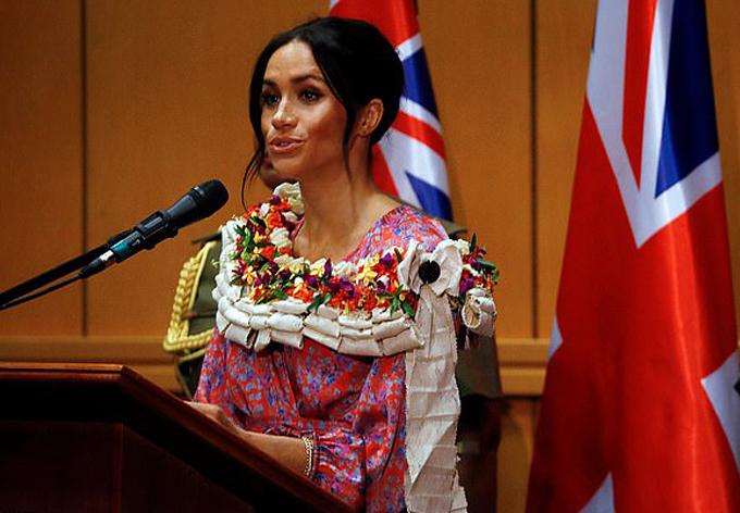 Meghan phát biểu trong chuyến thăm tới một trường đại học ở Fiji hôm 24/10. Ảnh: PA.