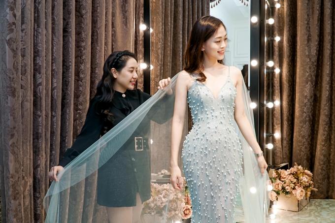 Hoàn tất hai video giới thiệu, Phương Nga vội vã vào Sài Gòn tập luyện catwalk, ứng xử và thử đồ. Cô làm việc với nhà thiết kế Phạm Đăng Anh Thư chuẩn bị trang phục dạ hội.