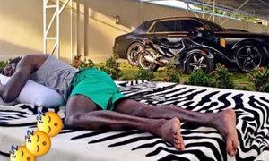 'Tay chơi' Adebayor khoe dàn xế hộp trong nhà
