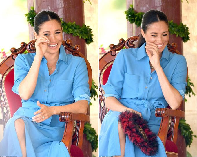 Nữ công tước xứ Sussex đưa tay lau nước mắt do cười quá nhiều khi xem hài kịch của các học sinh trường Tupou ở Tonga sáng 26/10. Ảnh: WireImage.