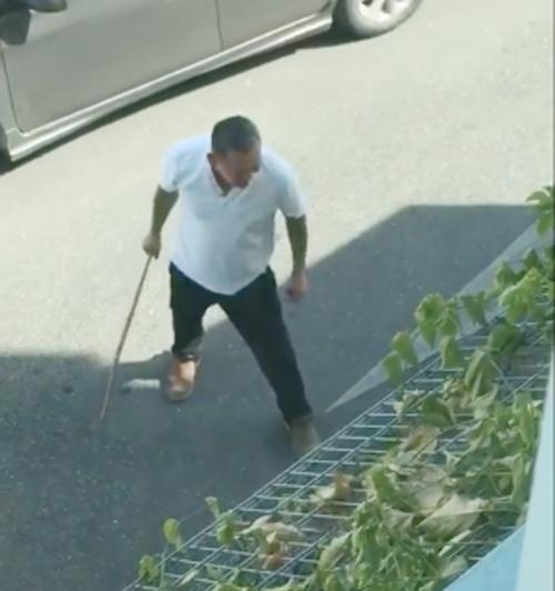Ông bố người Malaysia cầm gậy đánh con rể trên đường phố hôm 25/10. Ảnh: Facebook.