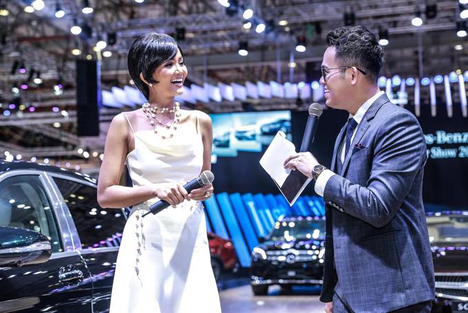 Hoa hậu H Hen Niê đẹp rạng rỡ giao lưu với mọi người tại gian hàng MBV, cô cho biết, cô muốn sở hữu xe Mercedes-Benz vì phong cách sang trọng và đẳng cấp của xe rất phù hợp với cô.