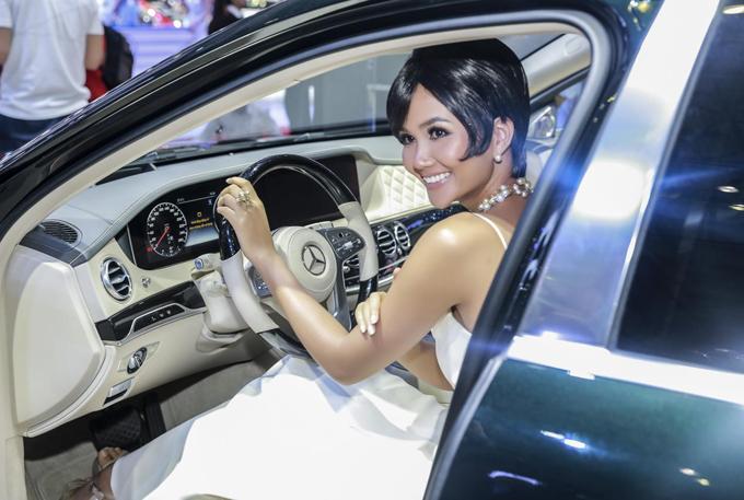 Hoa hậu HHen Niê trải nghiệm các dòng xe sang Mercedes-Benz