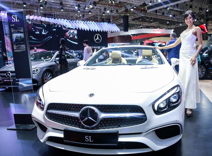 Người đẹp đọ dáng bên dòng xe SL mui trần của Mercedes-Benz